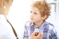 Paziente del bambino e di medico Il medico esamina il ragazzino secondo lo stetoscopio Concetto di terapia del ` s dei bambini e  Fotografia Stock Libera da Diritti