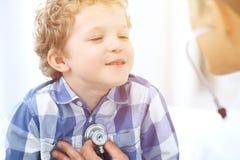Paziente del bambino e di medico Il medico esamina il ragazzino secondo lo stetoscopio Concetto di terapia del ` s dei bambini e  Immagini Stock Libere da Diritti