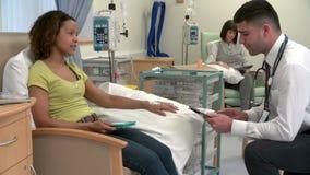 Paziente del dottore Checking On Female che ha chemioterapia stock footage