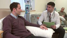 Paziente del dottore Checking On Male che ha chemioterapia stock footage