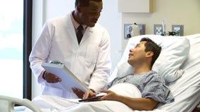 Paziente del dottore Talks To Male nella stanza di ospedale stock footage