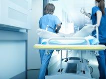 Paziente del trasporto di emergenza all'intensivo Fotografie Stock Libere da Diritti