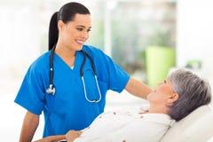 Paziente dell'anziano dell'infermiere Fotografie Stock Libere da Diritti