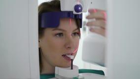 Paziente della donna in analizzatore della macchina di raggi x in gabinetto medico in ospedale Posto di lavoro di medico in clini stock footage