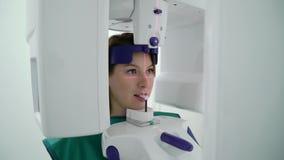 Paziente della donna in analizzatore della macchina di raggi x in gabinetto medico in ospedale Posto di lavoro di medico in clini archivi video