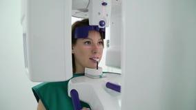 Paziente della donna in analizzatore della macchina di raggi x in gabinetto medico in ospedale Posto di lavoro di medico in clini video d archivio