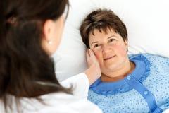 Paziente della donna che si trova a letto Fotografia Stock