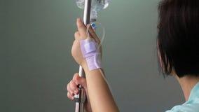 Paziente della donna in ospedale con il dispositivo di venipunzione salino