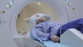 Paziente della ragazza durante lo studio facendo uso di imaging a risonanza magnetica archivi video