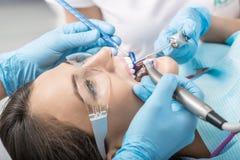 Paziente a dentist& x27; ufficio di s Immagine Stock