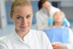 Paziente di controllo del dentista del primo piano dell'assistente dentario Fotografie Stock Libere da Diritti