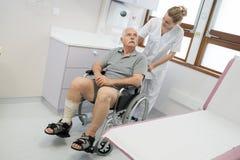 Paziente disabile sulla sedia a rotelle Fotografia Stock Libera da Diritti
