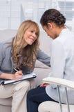 Paziente e terapista fotografie stock