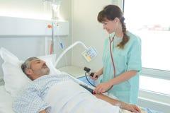 Paziente ed infermiere malati in ospedale immagini stock libere da diritti