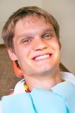 Paziente felice in presidenza dentale immagine stock libera da diritti