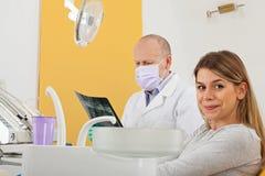 Paziente femminile all'ufficio del dentista Fotografie Stock