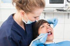 Paziente femminile all'ufficio del dentista che ha esame dei denti fotografia stock libera da diritti