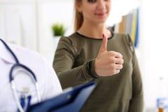 Paziente femminile che mostra OKAY o segno di approvazione Fotografie Stock Libere da Diritti