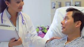 Paziente femminile del dottore Talks To Male nella stanza di ospedale stock footage