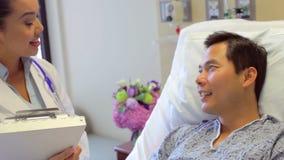 Paziente femminile del dottore Talks To Male nella stanza di ospedale archivi video