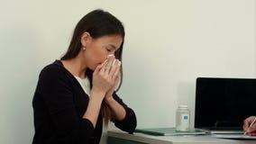 Paziente femminile malato di starnuto che sporge querela al medico video d archivio
