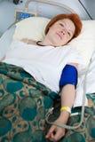 Paziente femminile nel letto di ospedale immagine stock