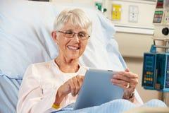 Paziente femminile senior che si rilassa nel letto di ospedale Fotografia Stock Libera da Diritti