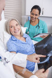 Paziente femminile senior con medico dei raggi x, dell'infermiere e del maschio Fotografie Stock