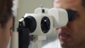 Paziente femminile su una procedura di biomicroscopy dell'occhio, primo piano video d archivio