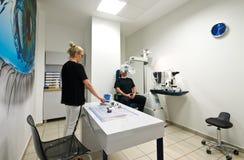 Paziente nell'ufficio dell'optometrista per esame degli occhi immagini stock libere da diritti