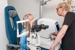 Paziente nell'ufficio dell'optometrista per esame degli occhi fotografia stock