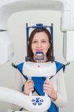 Paziente nella clinica del dentista che fa il raggio di 3d x facendo uso dell'attrezzatura della radiografia Fotografia Stock Libera da Diritti