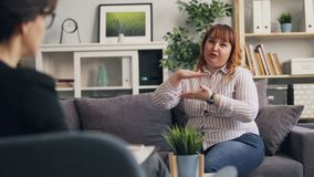 Paziente obeso che parla con psicologo che divide le sensibilità e le emozioni archivi video