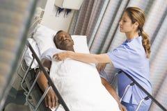 paziente preoccupantesi dell'infermiera Fotografie Stock Libere da Diritti