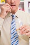Paziente senior che prende una pillola Fotografie Stock Libere da Diritti