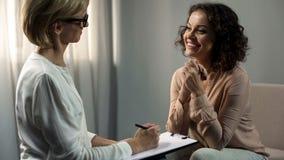 Paziente sorridente di signora che ringrazia il suo psicologo dopo la riabilitazione di depressione, terapia immagini stock libere da diritti