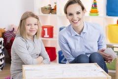 Paziente speciale del bambino e dell'educatore fotografia stock
