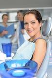 Paziente sull'assistente del dentista della chirurgia dentale della sedia fotografie stock