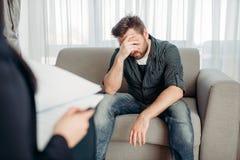 Paziente triste allo psicologo, supporto di psicologia Immagini Stock Libere da Diritti