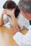Paziente turbato che grida mentre medico che la conforta Immagini Stock Libere da Diritti