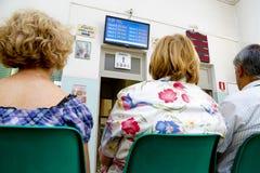 Pazienti che aspettano in un ospedale Fotografia Stock Libera da Diritti
