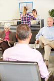 Pazienti nella sala di attesa del dottore Fotografia Stock Libera da Diritti