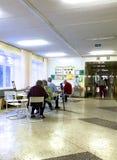 Pazienti ricoverati a pranzo Si siedono alle tavole nel corridoio della clinica Fotografia Stock Libera da Diritti