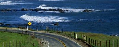 Pazifikküste-Datenbahn mit Ozean, CA stockfotos