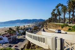 Pazifikküste-Landstraße am sonnigen Tag Stockfotografie