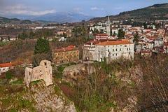 Pazin, Istria, Kroatien: Landschaft der kleinen Stadt auf dem Rand Stockfotografie