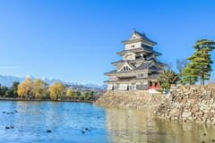 PB van het kasteelmatsumoto van Matsumoto in de winter op blauwe hemel backgroun Stock Foto