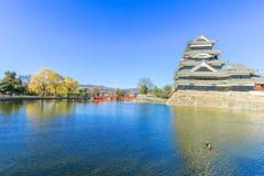 PB van het kasteelmatsumoto van Matsumoto in de winter op blauwe hemel backgroun Royalty-vrije Stock Foto's