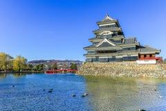 PB van het kasteelmatsumoto van Matsumoto in de winter op blauwe hemel backgroun Royalty-vrije Stock Fotografie