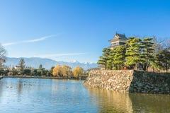 PB van het kasteelmatsumoto van Matsumoto in de winter op blauwe hemel backgroun Stock Fotografie